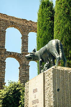 Eduardo Huelin - She wolf with Romolo and Remo and the roman aqueduct in Segovia Spain