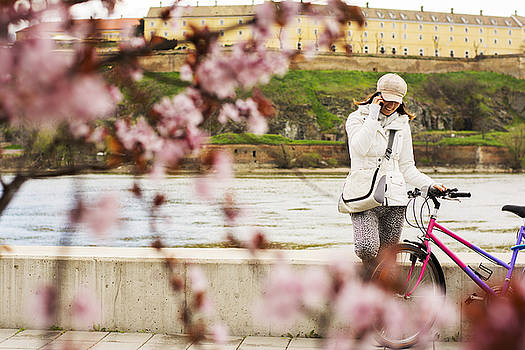 Newnow Photography By Vera Cepic - Woman with hat talking on the phone in spring