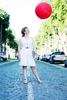 Newnow Photography By Vera Cepic - Curly blond girl with big red ballon