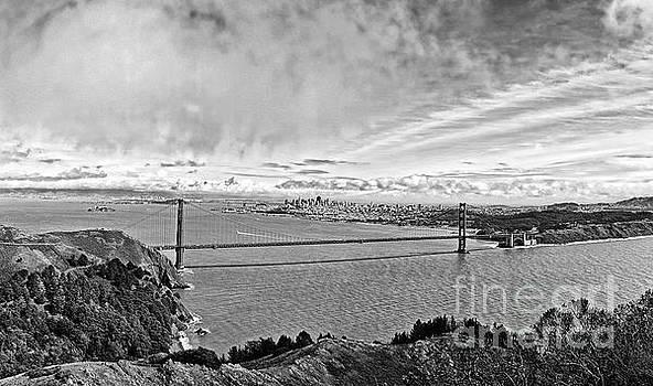 Jamie Pham - The world famous Golden Gate Bridge in San Francisco, California
