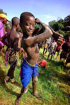 Eduardo Huelin - Men and kids in the traditional struggle Senegal
