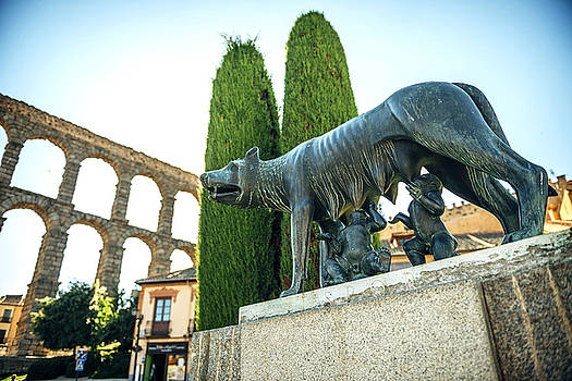 Eduardo Huelin - She wolf with Romolo and Remo and the roman aqueduct in Segovia Spain