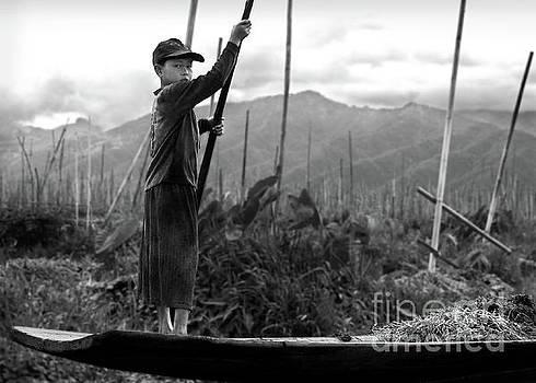 RicardMN Photography - A boy on Inle Lake