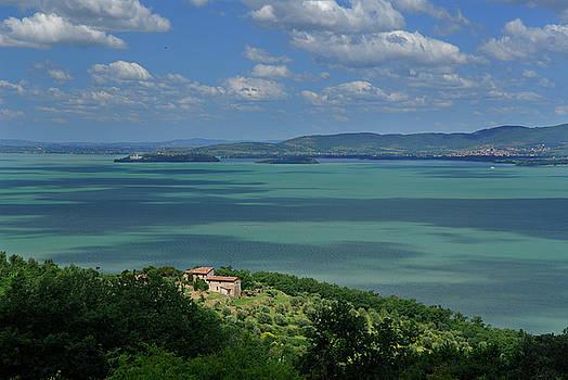 Reimar Gaertner - Abondoned farmhouse overlooking Lake Trasimeno in Italy