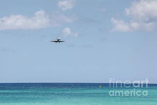 Airplane landing by Miro Vrlik