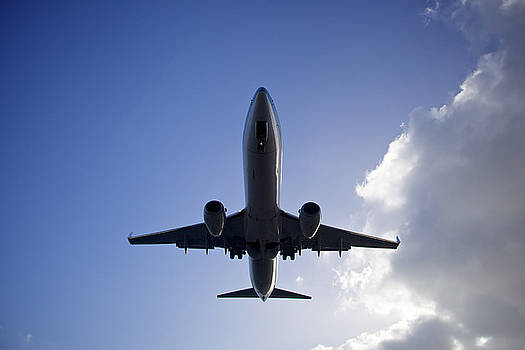 Airplane landing by Teemu Tretjakov