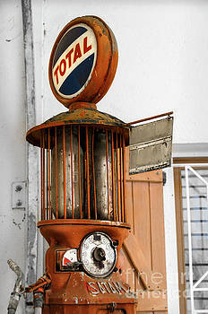 RicardMN Photography - An old Satam petrol pump in Savensa