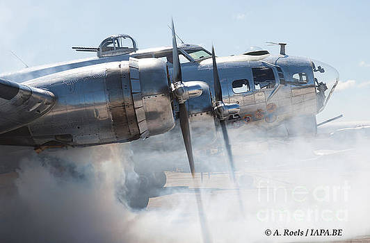 B-17 Flying Fortress on start-up by Antoine Roels