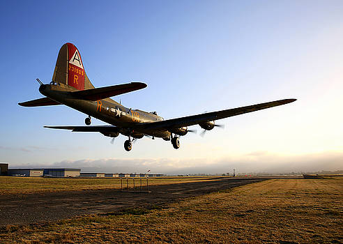 John King - B17 Flying Fortress Lands at Livermore KLVK
