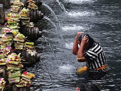 Bali temple fountain cleansing by Exploramum Exploramum