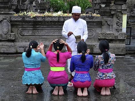 Bali temple women blessing by Exploramum Exploramum