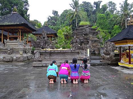 Bali temple women bowing by Exploramum Exploramum