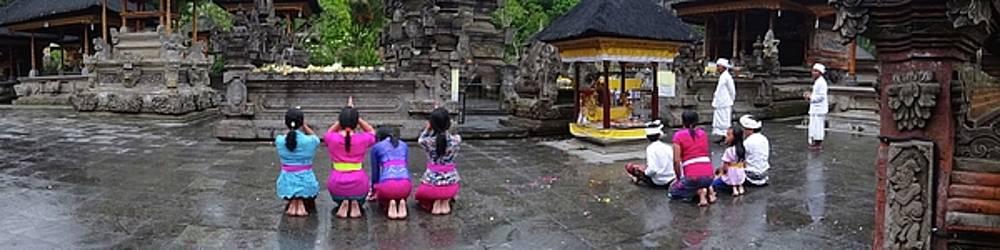 Bali temple women bowing panoramic by Exploramum Exploramum