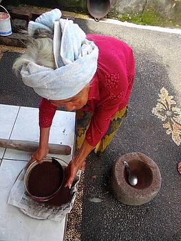 Balinese lady sifting coffee by Exploramum Exploramum