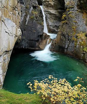 Reimar Gaertner - Banff National Park Johnston Canyon Lower Falls in Autumn