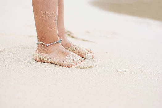 Newnow Photography By Vera Cepic - Barefoot child with ankle bracelet on beach