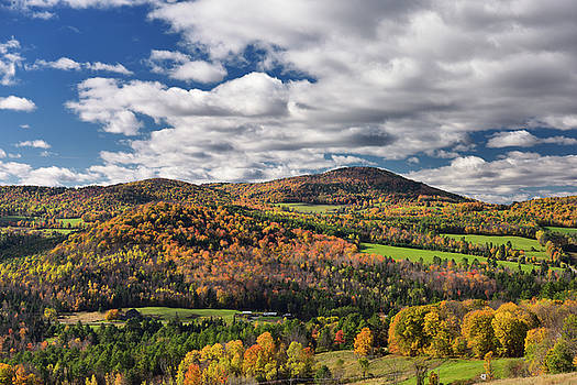 Reimar Gaertner - Barnet Center valley with hills in Fall colors Vermont with clou