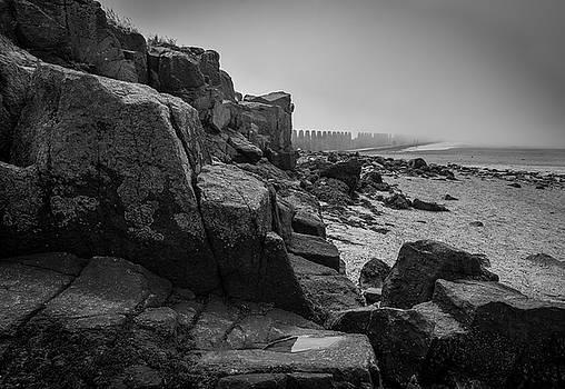 Beach with anti-pylons by Fabio Gomes Freitas