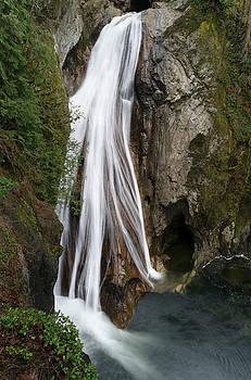 Beauty of lower Twin Falls by Jeff Swan