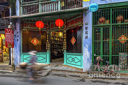 Bicycle in Motion Hoi An by Thomas Levine
