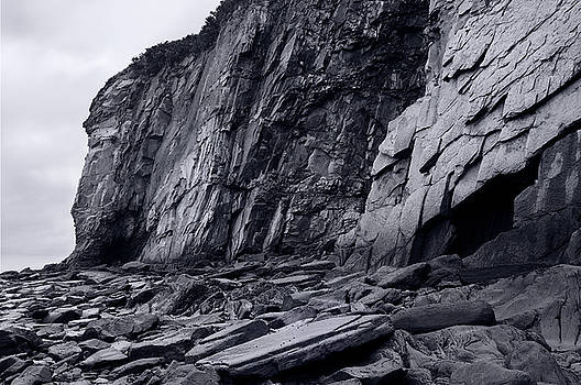 Reimar Gaertner - Black and white image of sheer rock cliff face at Cape Enrage Ne