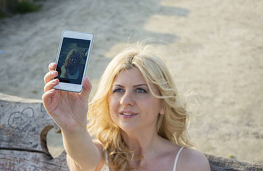 Newnow Photography By Vera Cepic - Blond woman taking selfie