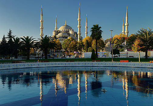 Reimar Gaertner - Blue Mosque in early morning sun with reflection in fountain Ist