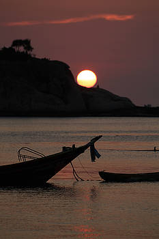 Boat in sunset by Phatthanun Srisombut