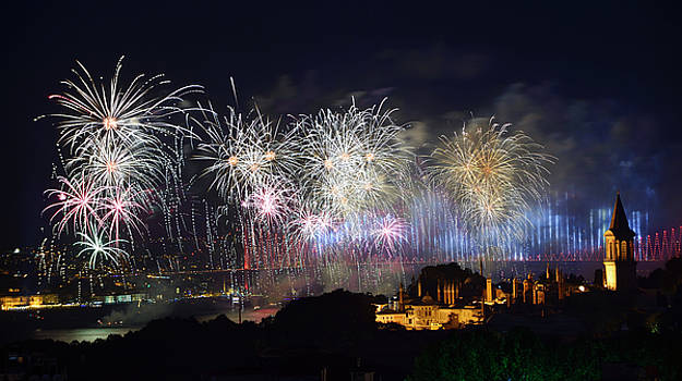 Reimar Gaertner - Bright Republic Day fireworks on the Bosphorus with Bridge light