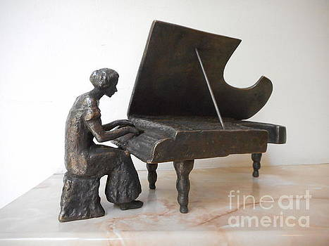 Bronze statue of Girl pianist by Nikola Litchkov