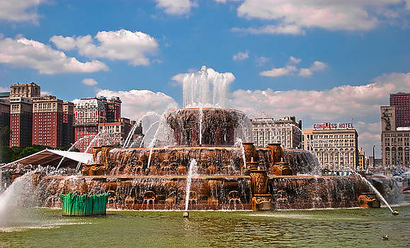 Buckingham Fountain Chicago 2 by Liviu Leahu