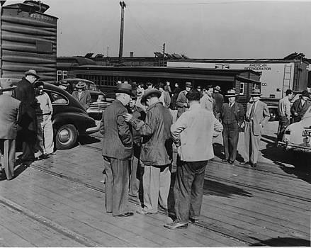 Chicago and North Western Historical Society - Bustling Potato Market at Wood Street Yard - 1947