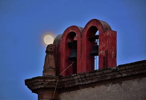 Cabeza de luna by Victor Daniel Rosas Flores
