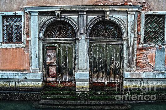 Spade Photo - Canal doorway