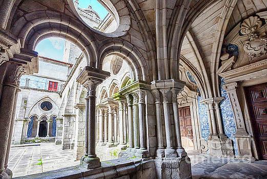 Ariadna De Raadt - cathedral cloister Se, Porto