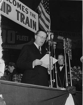 Chicago and North Western Historical Society - Chicago and North Western Vice President Welcomes Friendship Train - 1947