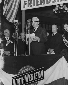 Chicago and North Western Historical Society - Chicago Mayor Welcomes Friendship Train - 1947