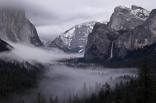 Reimar Gaertner - Clearing winter storm with clouds and fog in Yosemite Valley fro