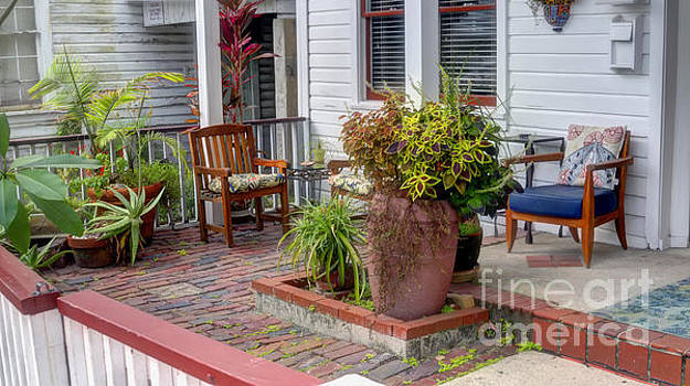 Colorful front porch patio by Ules Barnwell