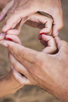Newnow Photography By Vera Cepic - Couple making heart shape of hands