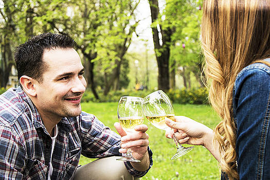 Newnow Photography By Vera Cepic - Couple toasting in park