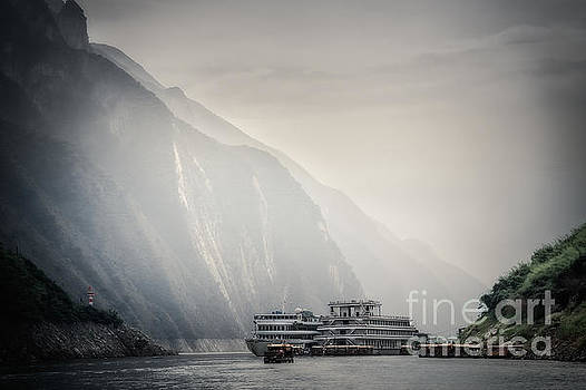 Cruise in Yangtze River by Adrian Baljeu