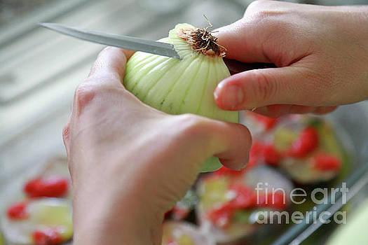 Cutting an onion by Gaspar Avila