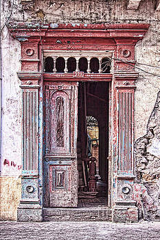 Tatiana Travelways - Deteriorated door in Casco Viejo, Panama