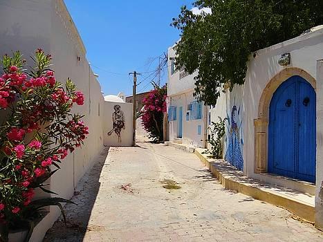 Djerba Street Art - laneway by Exploramum Exploramum