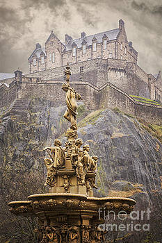 Sophie McAulay - Edinburgh golden fountain