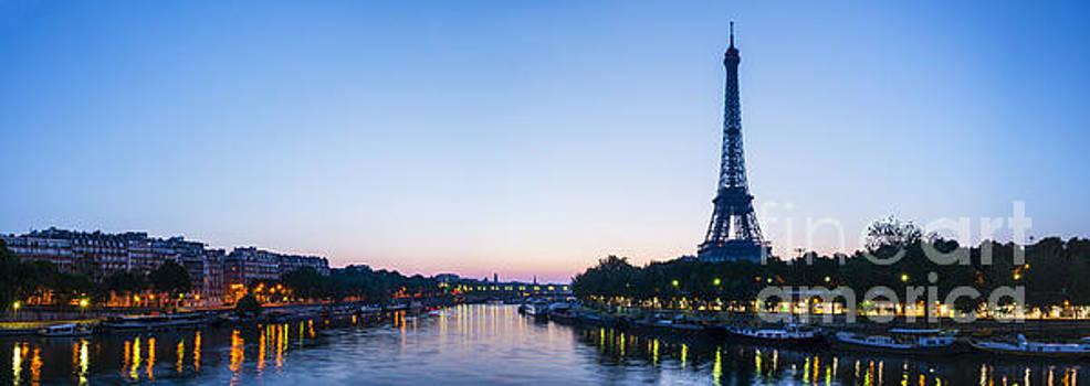 Oscar Gutierrez - Eiffel Tower and the Seine River at sunrise