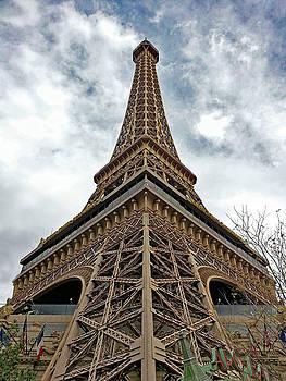 Eiffel  Tower  Las  Vegas by Carl Deaville