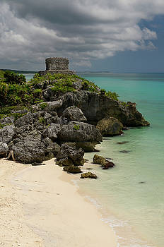 Reimar Gaertner - Empty beach at the Temple of the wind God Kukulcan on a sea clif