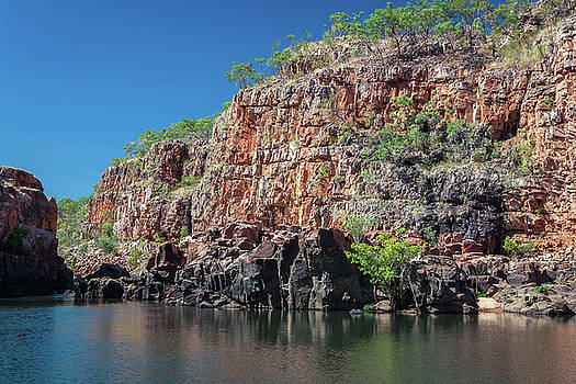 End point of Katherine Gorge river cruise in the dry season. by Daniela Constantinescu